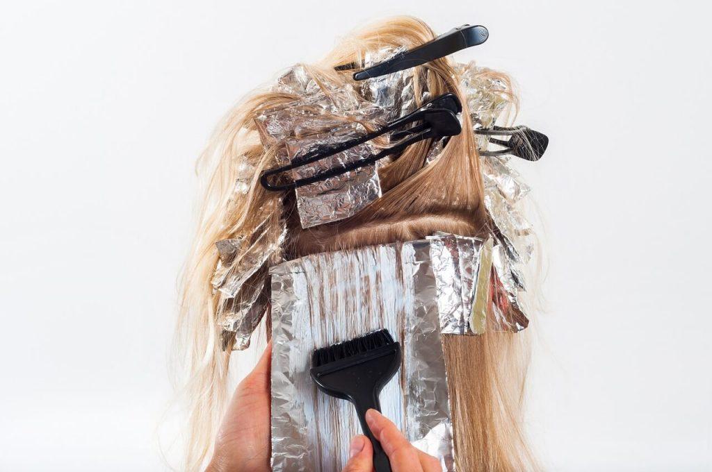 Mujer tintandose el pelo de su color natural