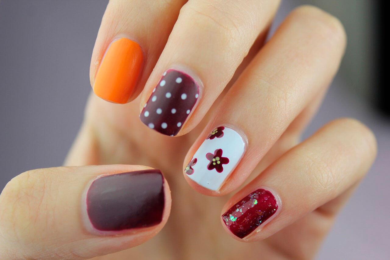 Decoración de uñas con diferentes colores